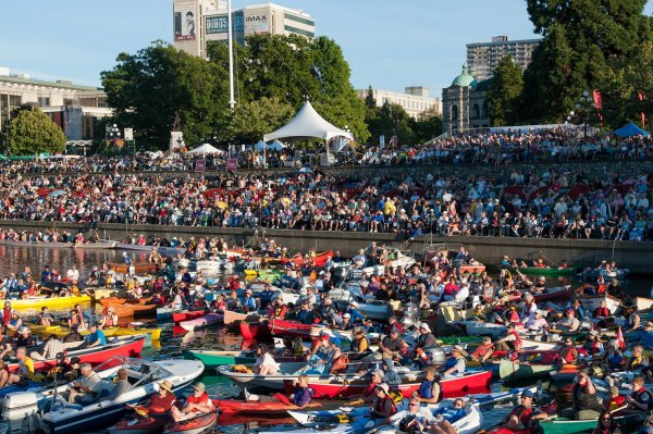 Even kayakers snuggle into the harbor to attend Victoria Symphony Splash!